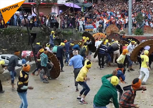 Festival kamenů v Indii. Přežije ten nejsilnější