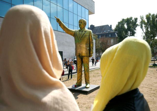 Socha tureckého prezidenta Erdogana ve Wiesbadenu