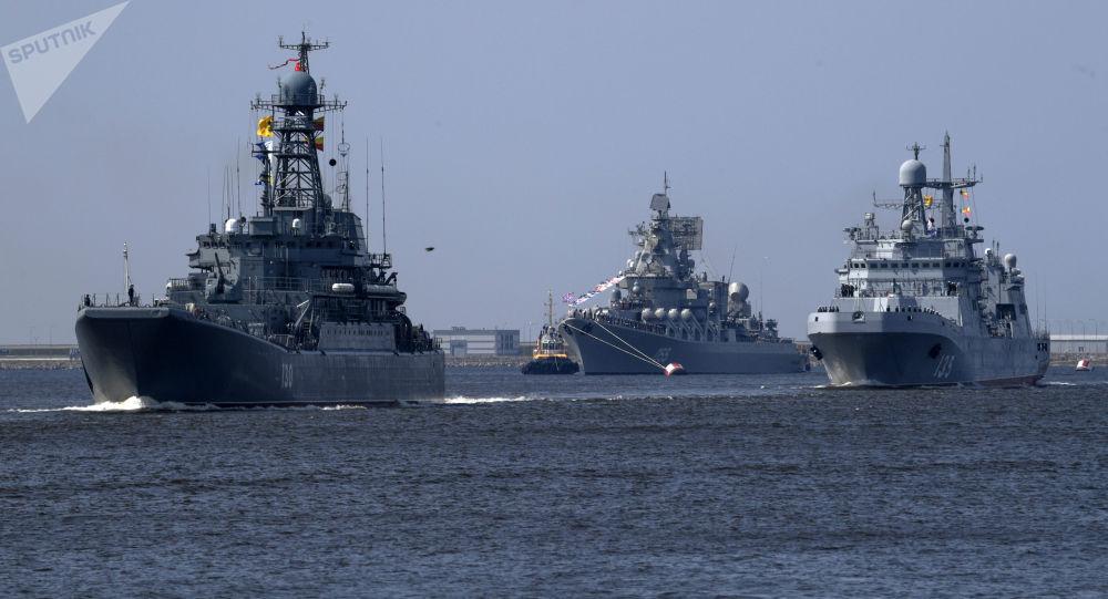 Výsadkářská loď Korolev, raketový křižník Maršal Ustinov a velká výsadkářská loď Ivan Green v Kronštadtu