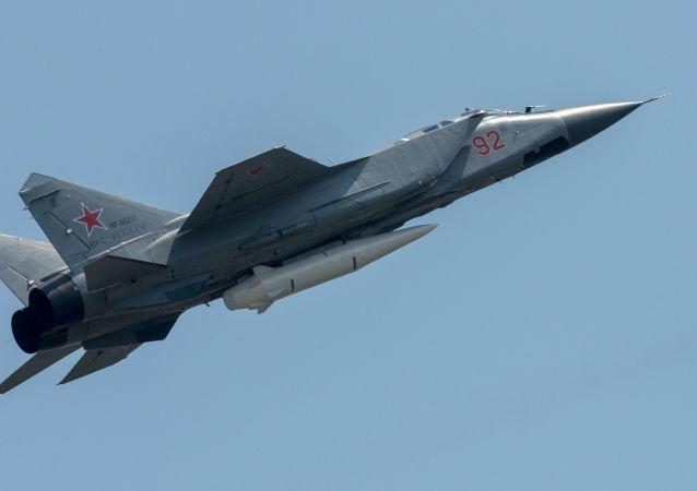 Mig-31 se střelou Kinžal