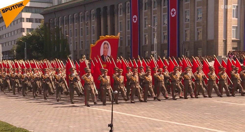 V Pchjongjangu proběhla vojenská přehlídku na počest 70. výročí založení KLDR