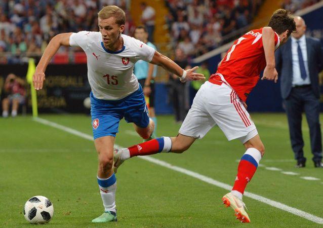 Tomáš Souček a Daler Kuzjajev při přátelském utkání mezi Českem a Ruskem v Rostově na Donu