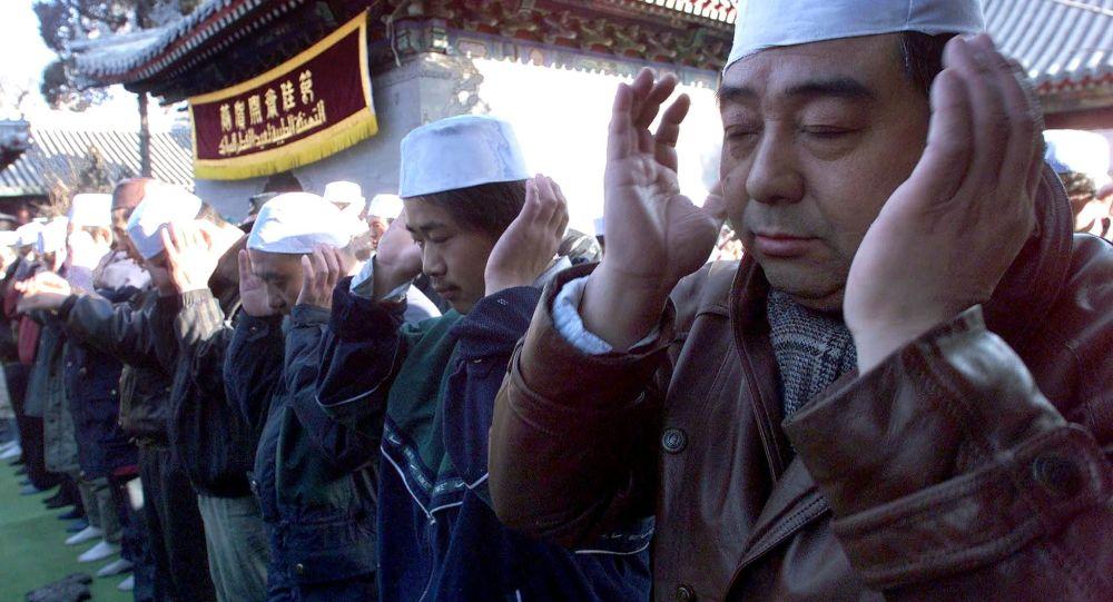 Čínské úřady vylepují na domech muslimů QR kódy