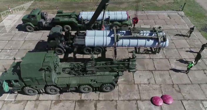 Nabíjení protiletadlového raketového systému S-300