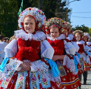 Dívky v tradičních krojích. Ilustrační foto