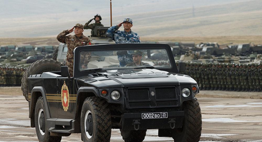 Ministr obrany Čínské lidové republiky Wej Feng-che a zástupce vedoucího společného štábu armády ČLR