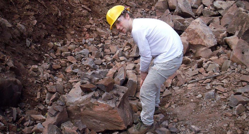 Zaměstnanec Plymouthské univerzity během geologické práce