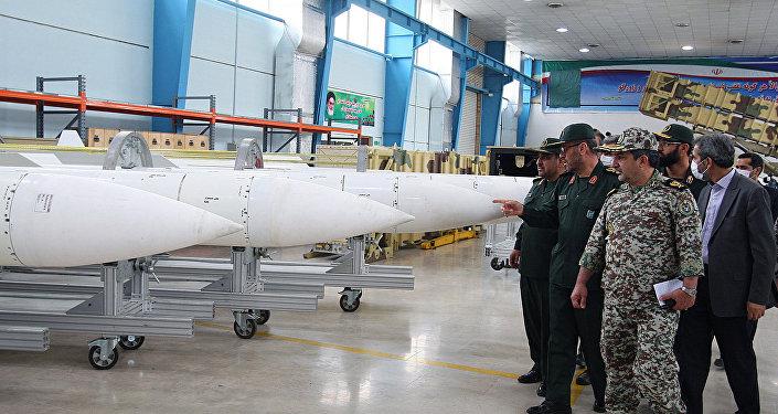 Íránská vojenská delegace při prohlídce raket. Ilustrační foto