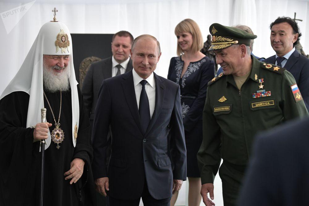 Putin stíhá vše: Od prohlídky L-410 až ke svěcení základního kamene chrámu Ozbrojených sil
