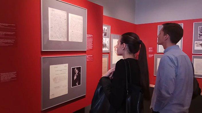 Návštěvnici výstavy Mnichov 38: Na prahu katastrofy