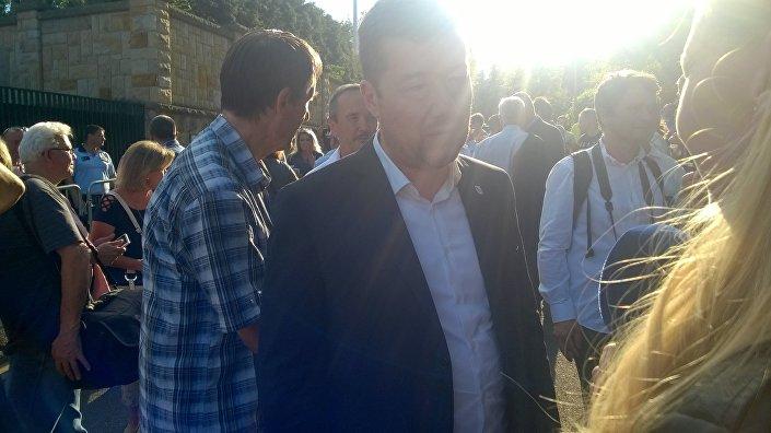 Tomio Okamura na demonstraci před Maďarským velvyslanectvím v Praze