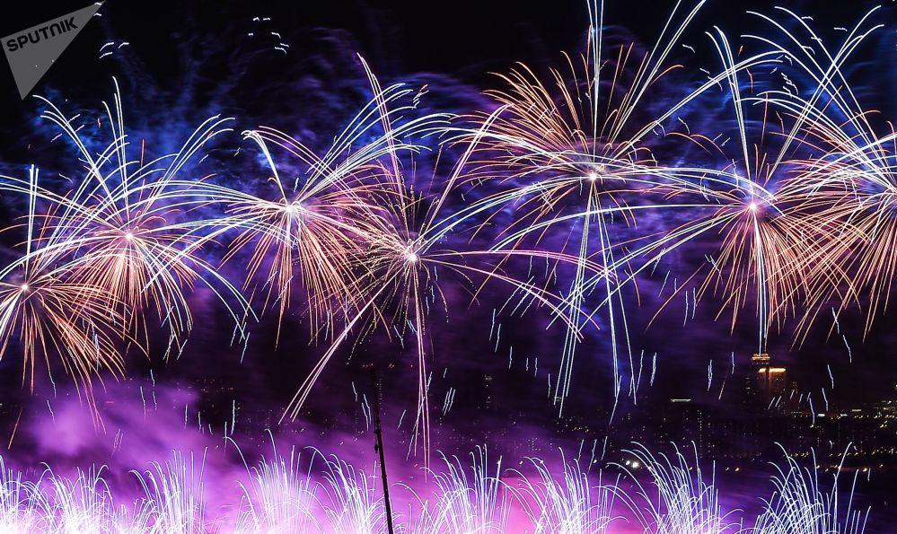 Hypnotická ohnivá show. V Moskvě byl zahájen mezinárodní festival Kruh světla