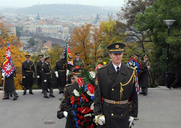 Vojáci s vlajkami během oslav Dne nezávislosti Československa v Praze