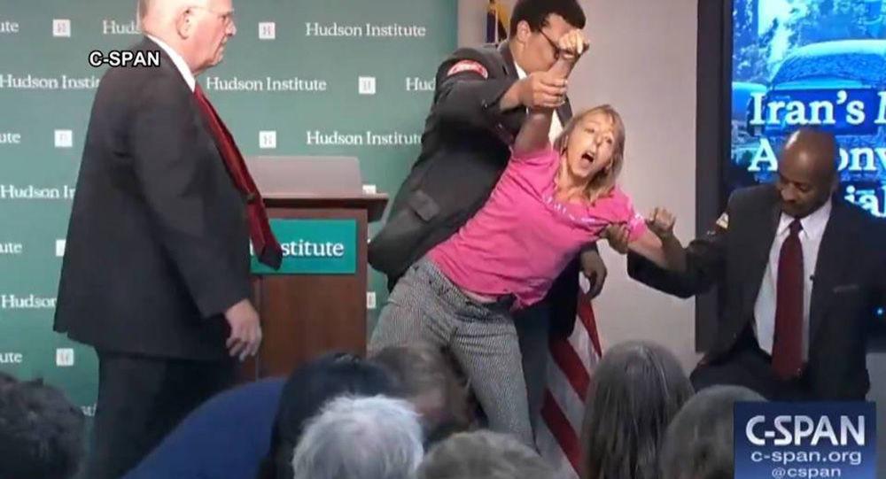 Americkou aktivistu Medeu Benjaminovou vyhazují z jednací síně Hudson Institutu