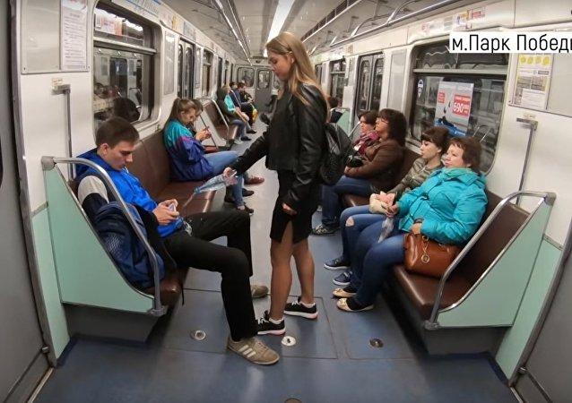 Ruská feministka nalévá vodu na muže, kteří rozkročují nohy v metru