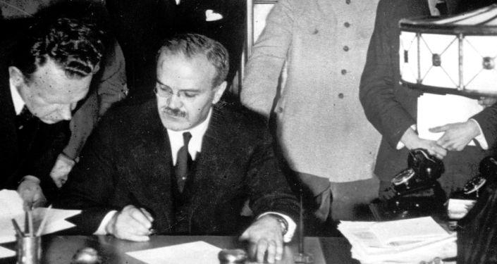 Podepsání Paktu Ribbentrop-Molotov