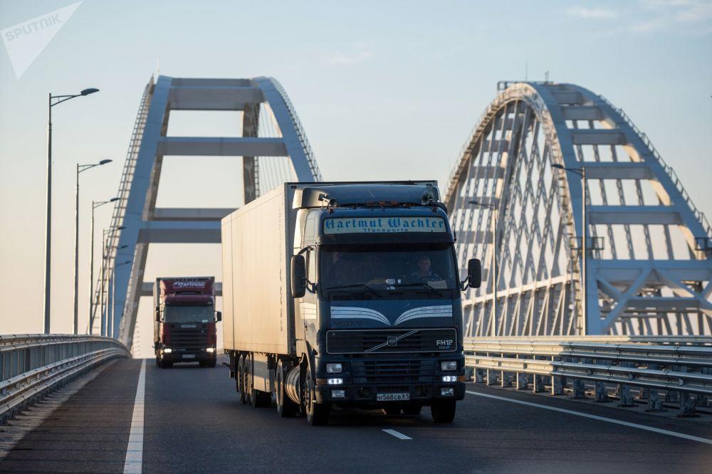 Na plný plyn: Krymský most byl otevřen pro nákladní dopravu