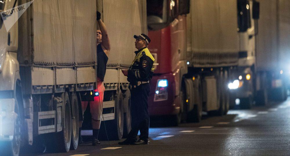 Kolona nákladní vozů. Archivní foto