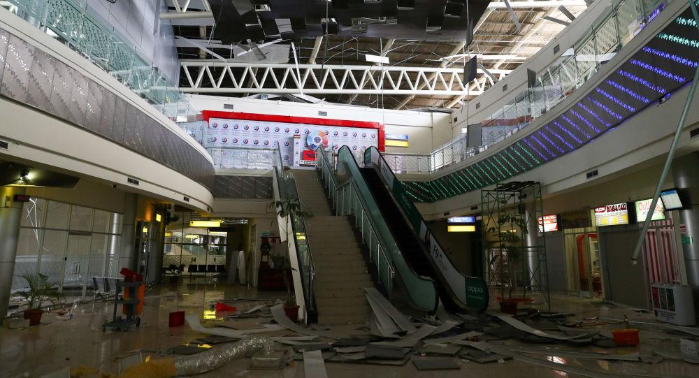 Budova letiště Palu po zemětřesení v Indonésii