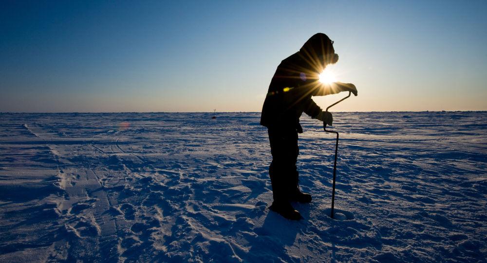 Ruský vědec vrtá led na stanice Barneo na severním pólu. Ilustrační foto