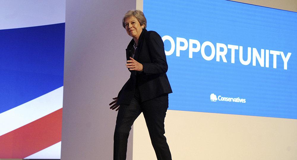 Theresa Mayová při příchodu na pódium během sjezdu strany