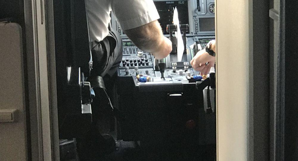 Piloti jí bonbony na ovládacím panelu letadla před letem.