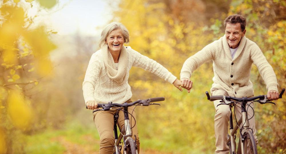 Starší pár jede na kolech