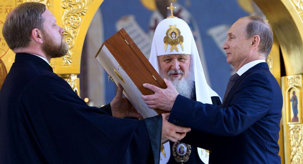 Patriarcha moskevský a celé Rusi Kirill a ruský prezident Vladimir Putin během návštěvy zrestaurovaného kostela Svatého knížete Vladimira v Moskvě