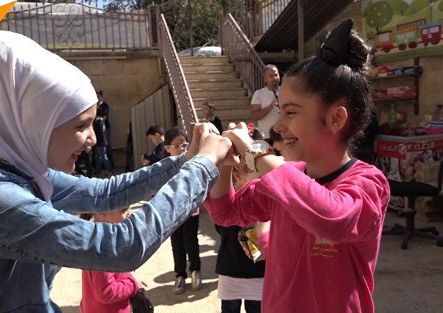 Dívka zraněná v Aleppu se po léčbě v Rusku vrátila do své vlasti (VIDEO)