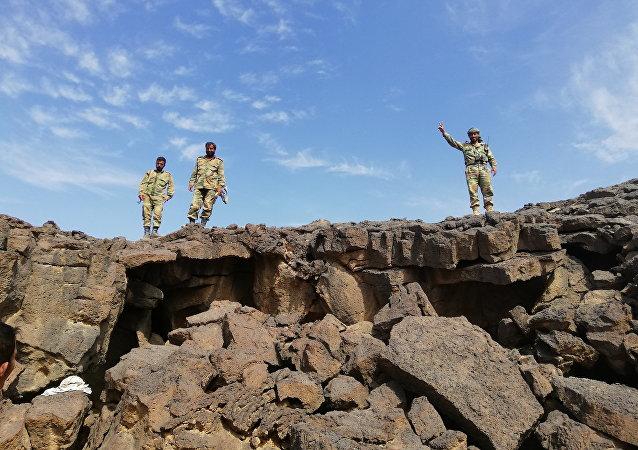 Syrští vojáci při pročesávání vulkanického terénu