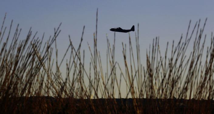 Vojenské letadlo nad Kyprem. Ilustrační foto
