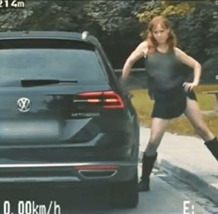 Němka, která hrála jeptišku, se svlékla před policií a dostala se na video