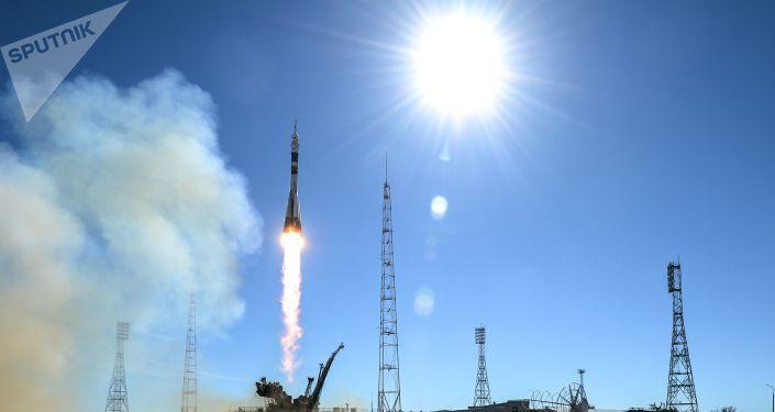 Start nosné rakety Sojuz-FG s pilotovanou lodí Sojuz MS-10 z kosmodromu Bajkonur