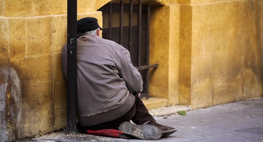 Muž bez domova na ulici