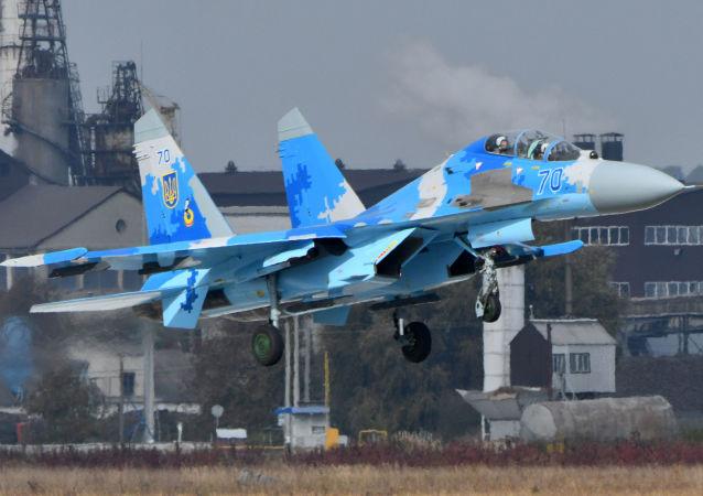 Ukrajinská stíhačka Su-27UB během cvičení