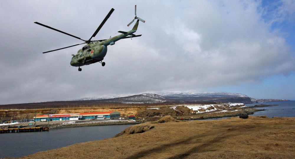Vojenský vrtulník Mi-8 nad Iturupem na Kurilách