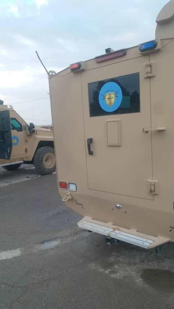 Obrněný vůz s emblémem Vojenské rady Manbidže