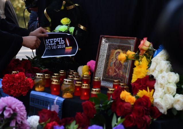 Lidé pokládají květiny a zapalují svíčky v souvislosti se střelbou ve škole v Kerči