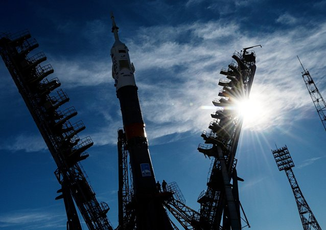 Nosná raketa Sojuz-FG s pilotovanou lodí Sojuz MS-10 na Bajkonuru