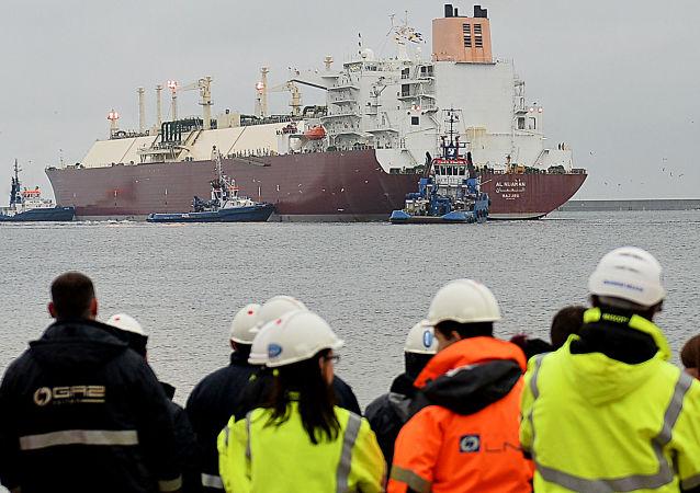 Pracovníci se dívají na loď v Svinoústí