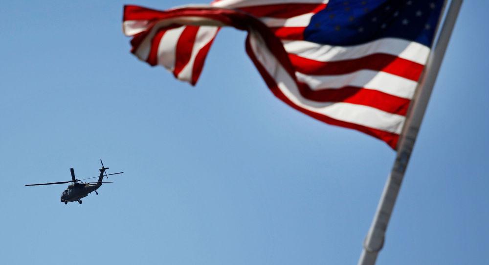 Vrtulník na pozadí americké vlajky