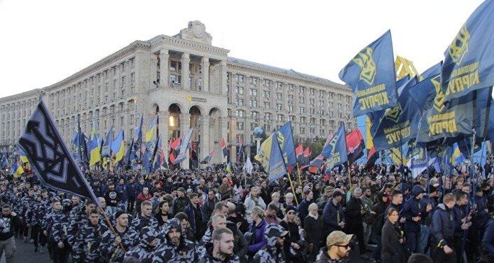 Pochod lemovala polovojensky uniformovaná mládež s názvem Družina. Vlajky evokovali nacistické zástavy