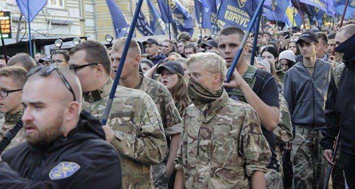 Proud pochodu Dne ochránce. Patrioti s označením Korpus