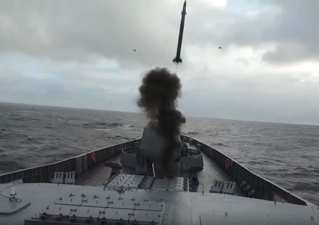Ministerstvo obrany RF zveřejnilo na YouTube videozáznam cvičení hlavní fregaty projektu 22350 Admirál Gorškov v Barentsově moři.