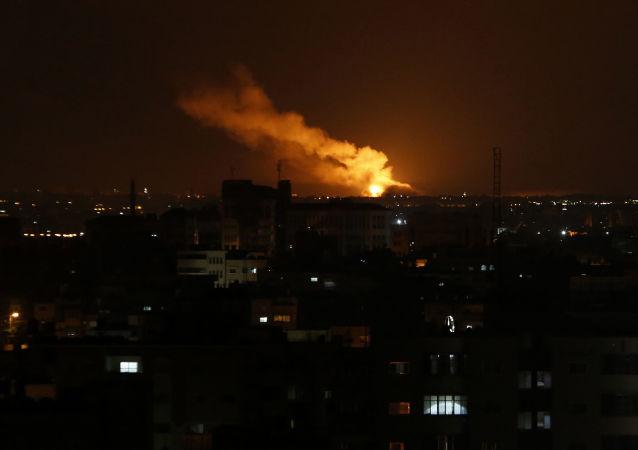 Dým stoupající po izraelském leteckém útoku na pásmo Gazy