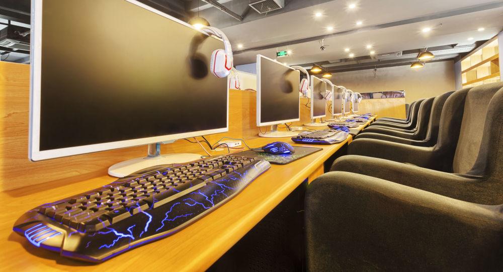Počítačová kavárna. Ilustrační foto