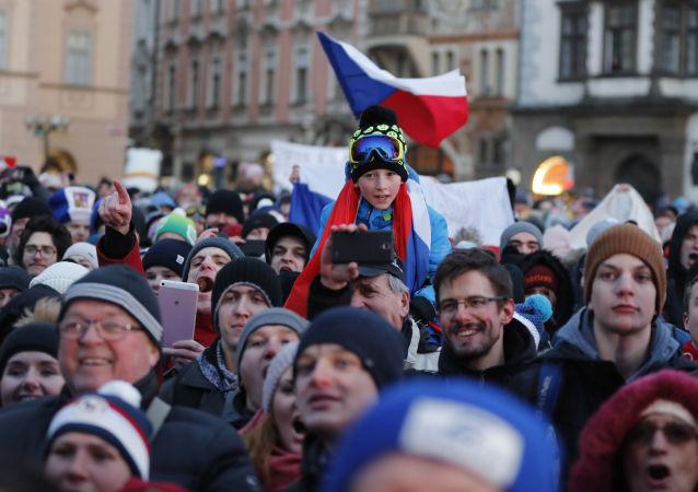 Lidé na pražském náměstí