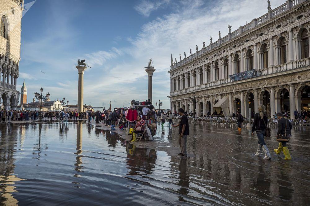 Obyvatelé na zatopeném náměstí Svatého Marka