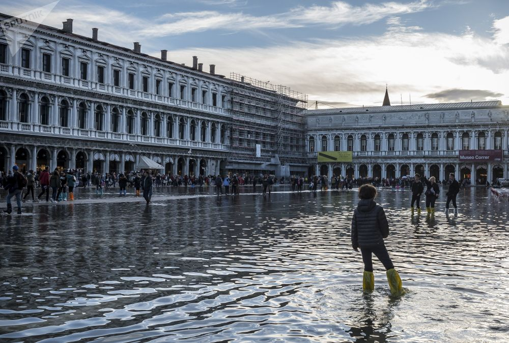 Lidé na zaplaveném náměstí Svatého Marka