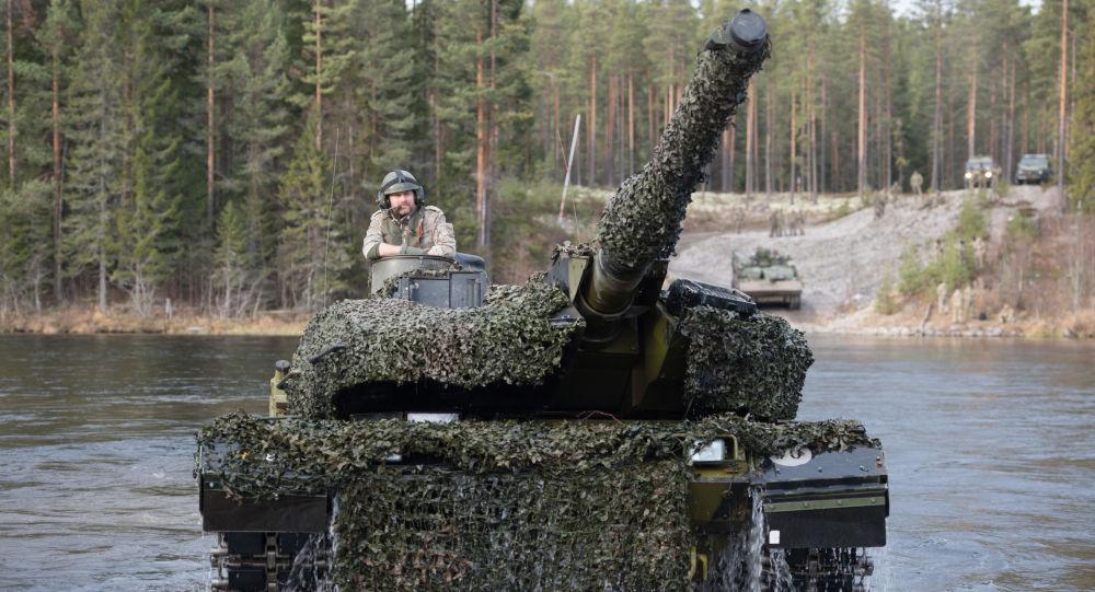 Dánský tank Leopard 2 během cvičení NATO Trident Juncture 2018 v Norsku